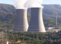 Torres de refrigeración de la central nuclear de Cofrentes, España, expulsando vapor de agua.